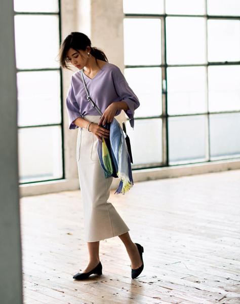 白ロングタイトスカート×ライラックブラウス