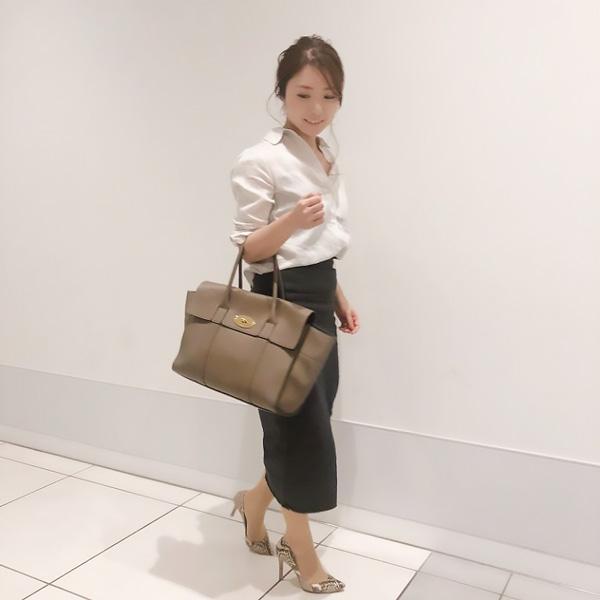 白リネンシャツ×黒デニムタイトスカート