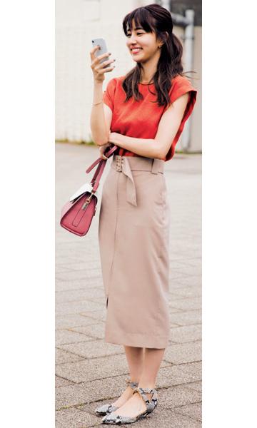 赤ニット×ベージュタイトスカート