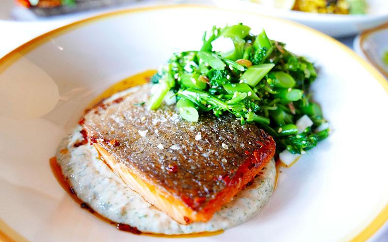 クリスピーサーモンのソテー - 青のりと豆腐のピューレ、グリーンチリとブロッコリーのタイガーサラダ添え
