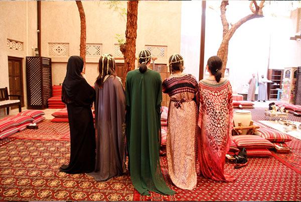 女性の民族衣装アバヤ