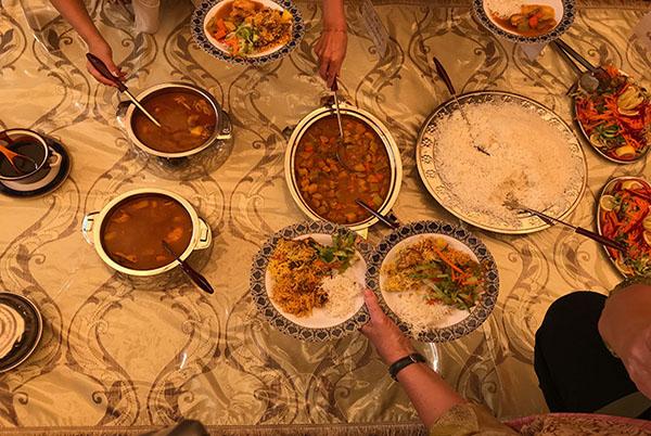 大皿に盛られた料理