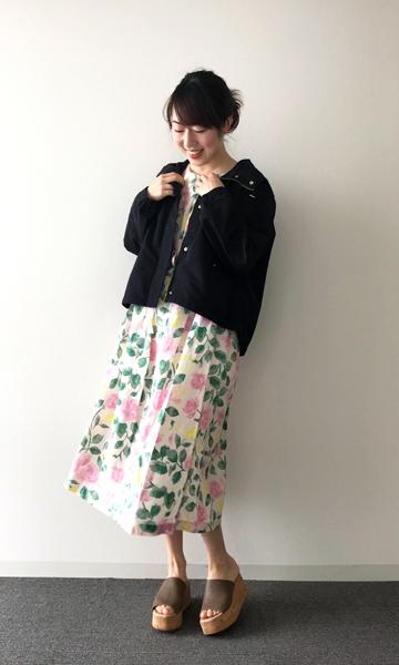 【2】花柄のユニクロワンピース×黒ジャケット