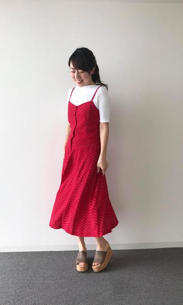 【5】白Tシャツ×赤キャミワンピース