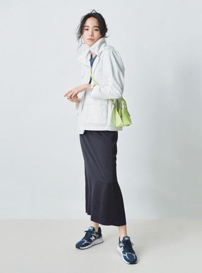 【1】白パーカー×黒タイトスカート