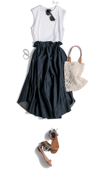 黒フレアスカート×白ノースリーブTシャツ