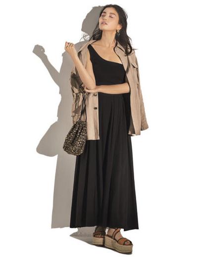 黒カットソー×黒フレアスカート×ベージュジャケット