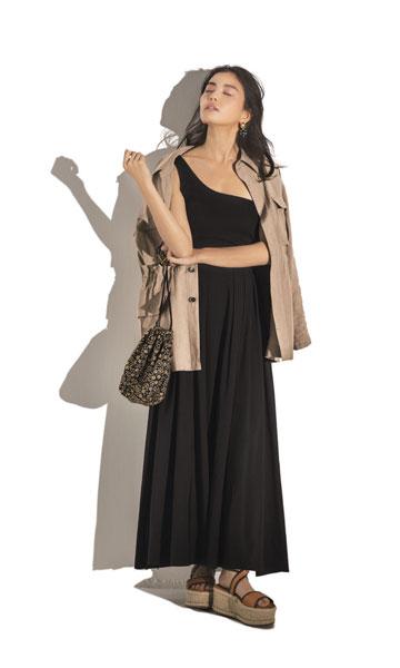 【1】黒カットソー×黒フレアスカート×ベージュジャケット