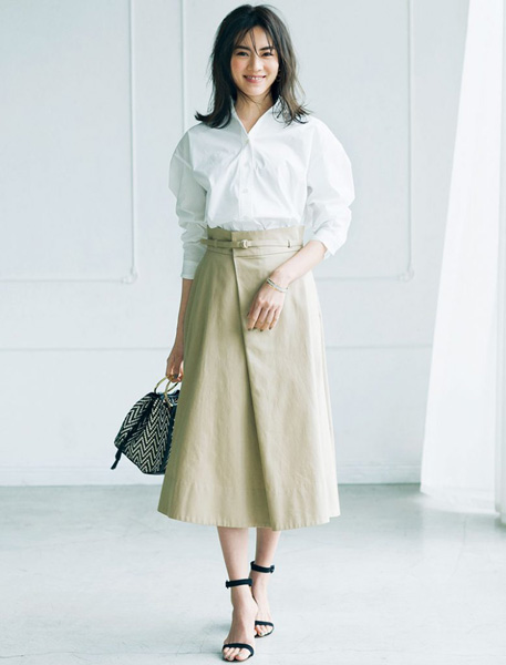 黒サンダル×白シャツ×ベージュスカート