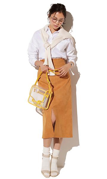 白シャツ×白ニット×キャメルタイトスカート
