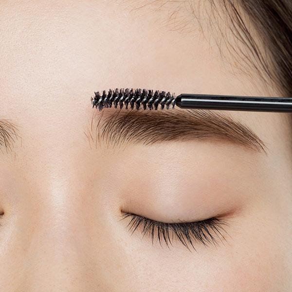 【STEP 6】透明の眉マスカラで眉頭を軽く立ち上げる
