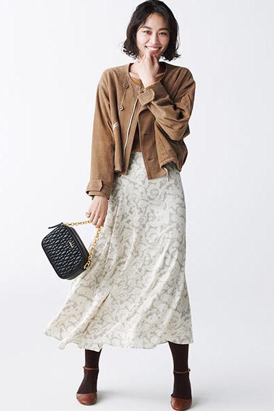 茶色フラットシューズ×白フレアスカート茶色ライダースジャケット