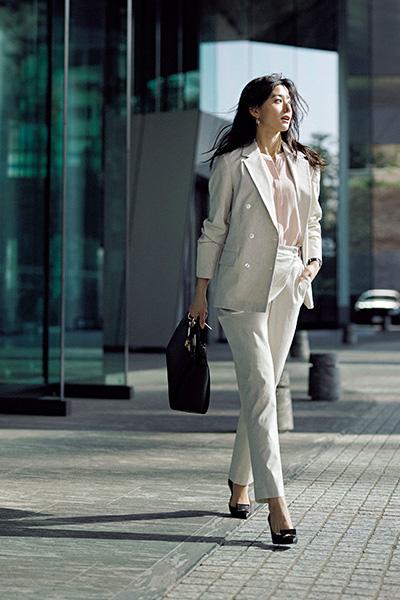 凛々しいのに女らしいスーツコーデ