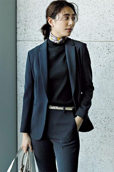 ネイビージャケット×ネイビーパンツ×黒ニット×スカーフ