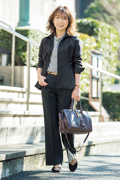ストライプ黒スーツ×淡グレーハイネック