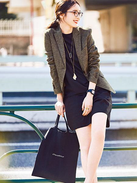 【2】黒キャンバストートバッグ×ブラウンジャケット×黒ショートパンツ