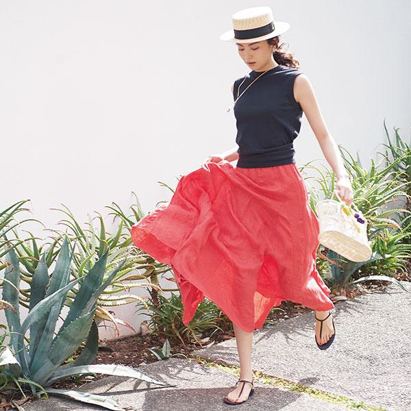 【3】黒ノースリーブニット×赤スカート×トング