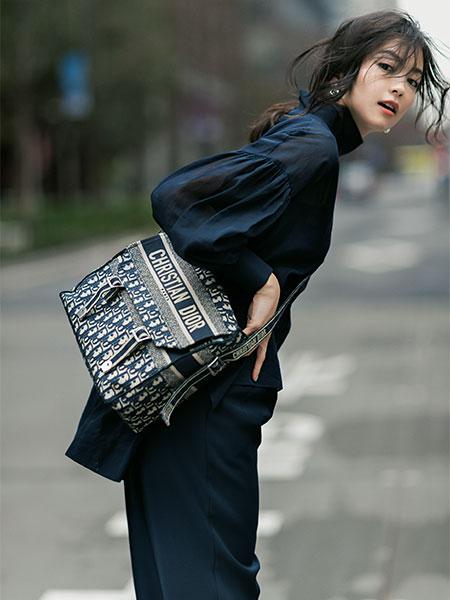 歴史ある「ディオール オブリーク」のキャンバス素材が軽やかなショルダーバッグ