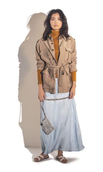 ごわっとしたジャケットと落ち感スカートの対比で春の装いに
