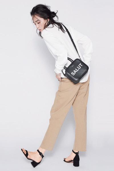 【2】白ワッフルTシャツ×ベージュパンツ