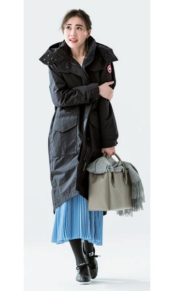 黒ロングダウンジャケット×ブループリーツスカート