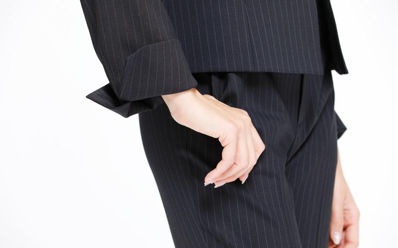 アンタイトル エッセンシャルクルーのパンツスーツ