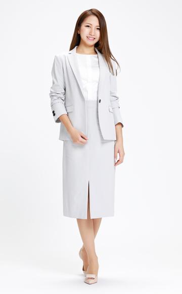 さわやかな淡いグレーのスカートスーツ×ベージュパンプス