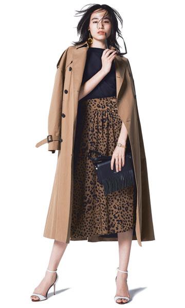 トレンチコート×黒ニット×レオパード柄スカート