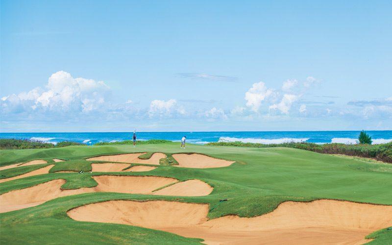 ebe23caf3afe2 それはゴルフコース! 旅に出るならクラブも一緒に。『リゾートゴルフ完全ガイド』から、女子ゴルファーにおすすめのリゾートコースを紹介します。