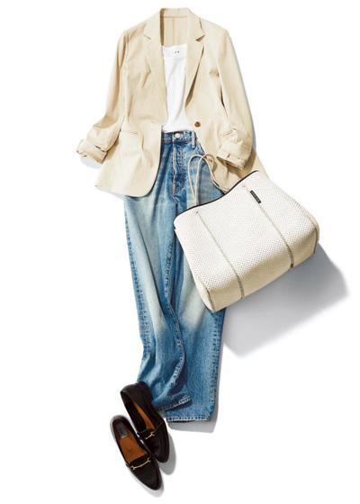 ベージュジャケット×白タンクトップ×デニムパンツ