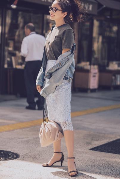 アイスブルーレーススカート×グレーTシャツ×デニムジャケット