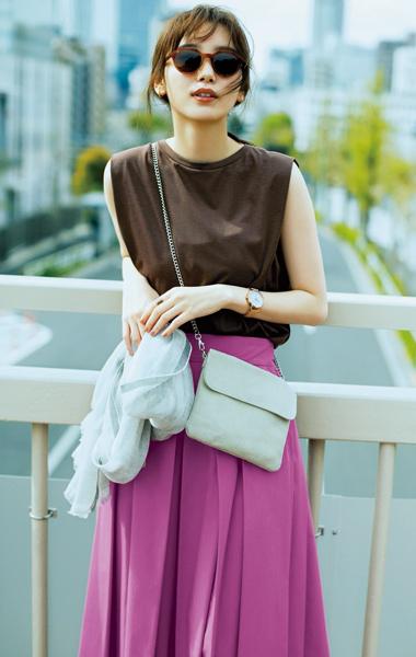 【5】ブラウンのノースリーブカットソー×パープルフレアスカート