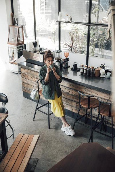 【1】カーキサファリジャケット×白Tシャツ×イエロータイトスカート