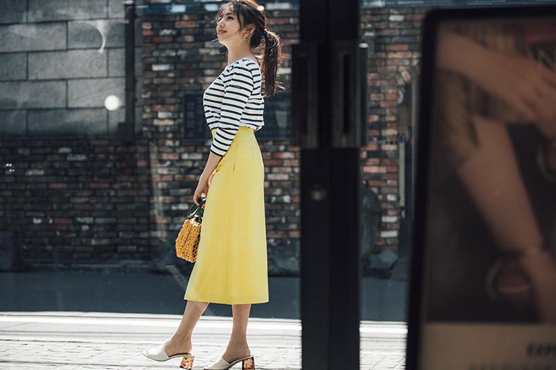 きれい色スカートの華やかさとバックスタイル