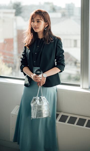 【1】黒ジャケット×黒シャツブラウス×水色フレアスカート
