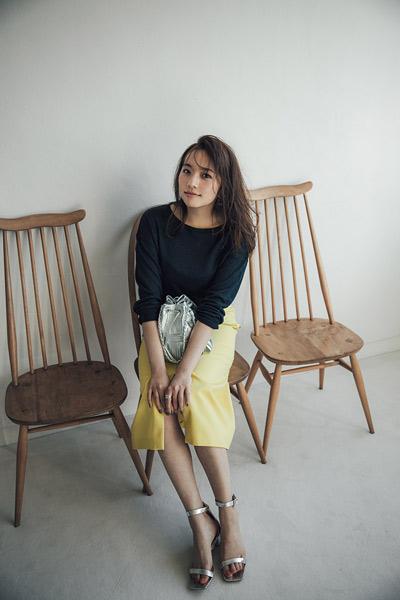 【1】ネイビーセーター×イエロースカート