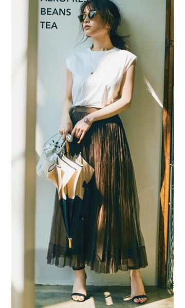 【1】白Tシャツ×ブラウンのチュールスカート