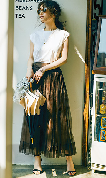 【3】白Tシャツ×ブラウンチュールスカート