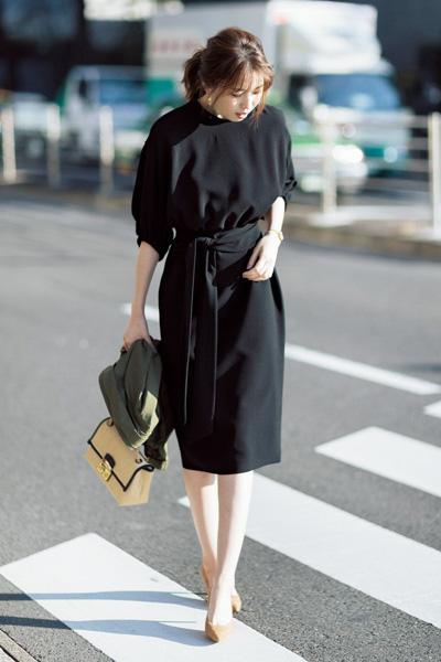 黒ドレス風ワンピース×ベージュパンプス