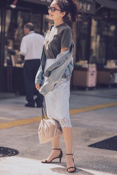 白レースタイトスカート×グレーTシャツ×デニムジャケット