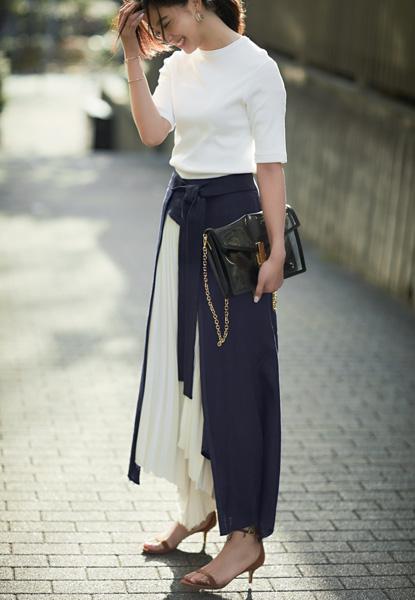 【3】白ティーシャツ×バイカラーのデザインスカート