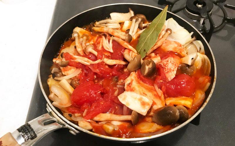ホールトマト、鮮やかにダイブ! 調味料たちも一緒に煮込む