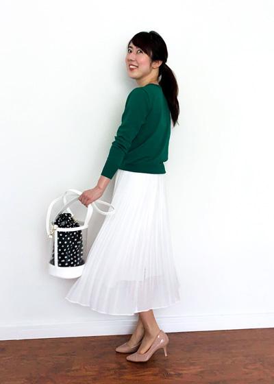 白プリーツスカート×グリーンカーディガン