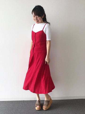 鮮やかピンクのキャミソールワンピース×白Tシャツ