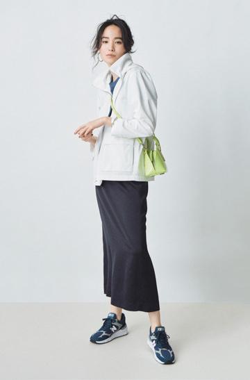 白パーカ×ターコイズTシャツ×黒ロングタイトスカート