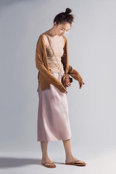 ピンクベージュタイトスカート×ベージュカーディガン×ベージュタンクトップ