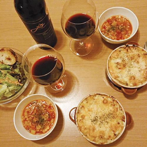 自宅でのんびりお酒と料理を楽しんでます