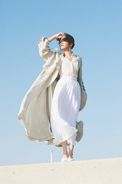 白プリーツスカート×白シャツ