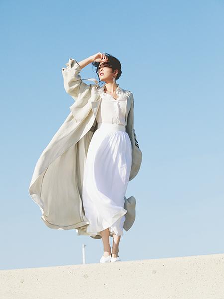 【1】白プリーツスカート×白シャツ×ベージュトレンチ