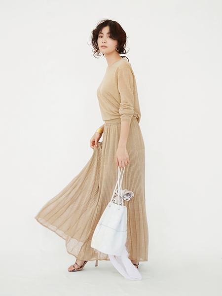 【1】透け感のあるプリーツスカート×ベージュトップス